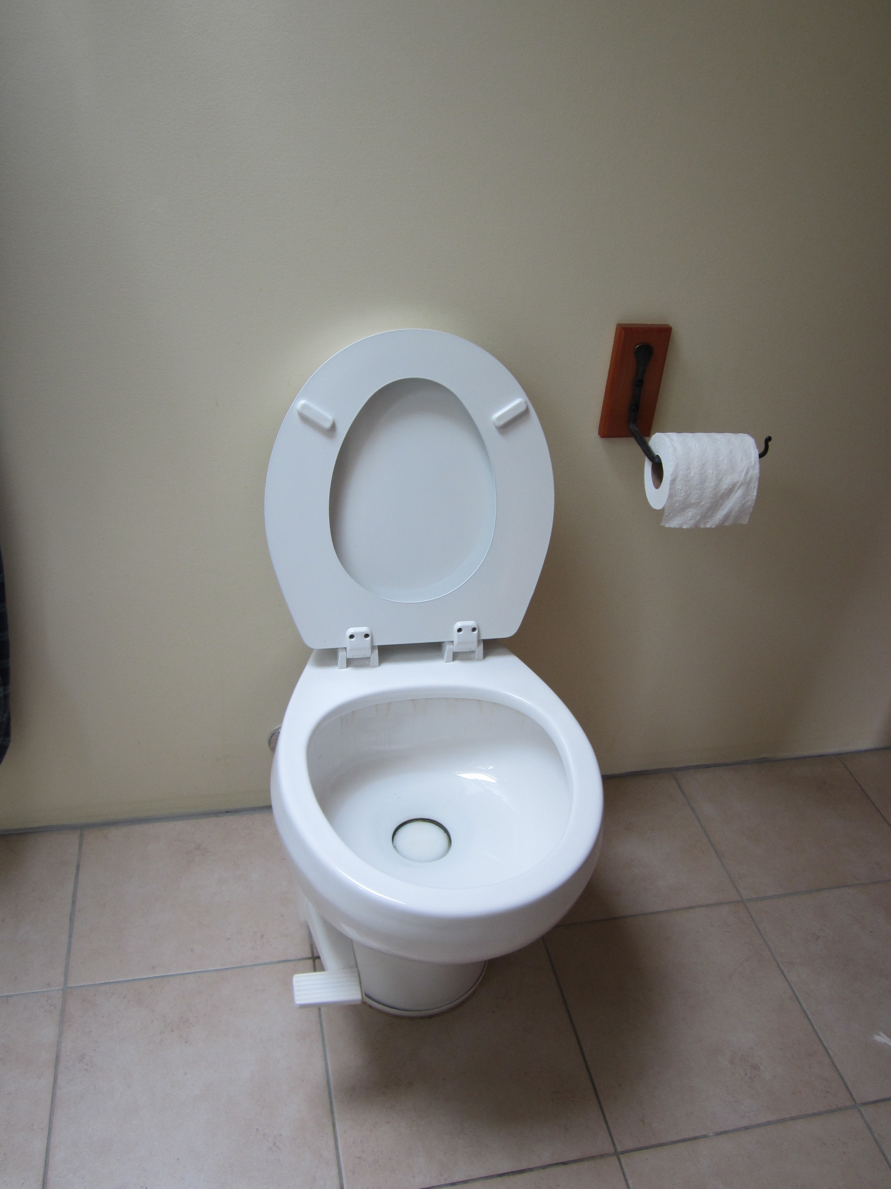 Toilet : vacuum flush toilet uses air to draw the waste and flush water into ...